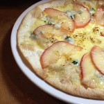 りんごとブルーチーズのピザ